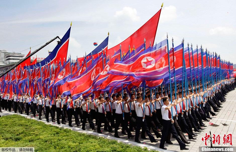 朝鲜举行盛大阅兵纪念停战60周年 国旗方阵气势恢宏