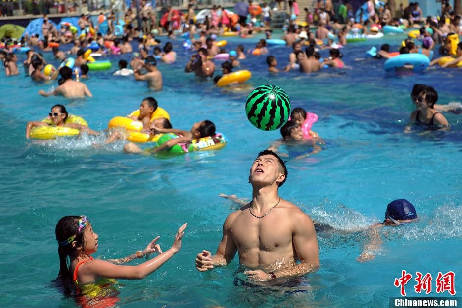 北京高温橙色预警 民众扎堆水池享清凉 (1/15) -  东方.旭 - 东方.旭的博客