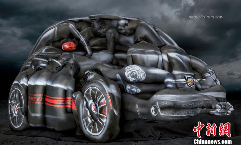 艺术家Craig Tracy创作的身体彩绘,模特们共同组成了一辆菲亚特小轿车。车子看起来十分逼真,不过是没法开起来的。Craig Tracy耗费了数个小时在模特身上进行创作。图片来源:东方IC 版权作品 请勿转载