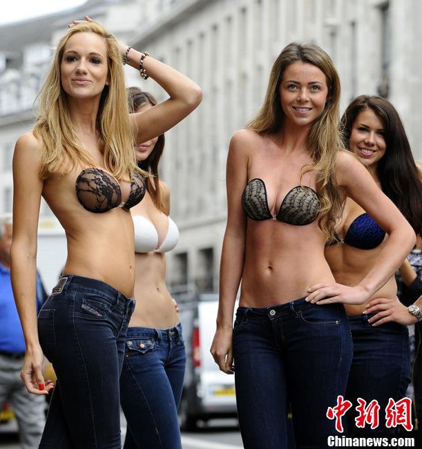 英国街头上演隐形内衣秀性感模特火辣身材一览