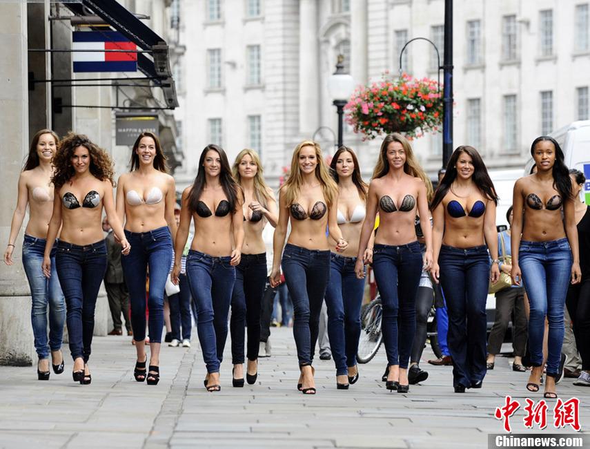 英国街头上演隐形内衣秀 性感模特火辣身材一