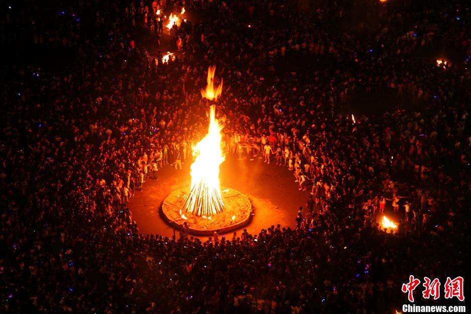 彝族的火把节_四川凉山彝族火把节火热上演 西昌万人空巷全民狂欢-中新网