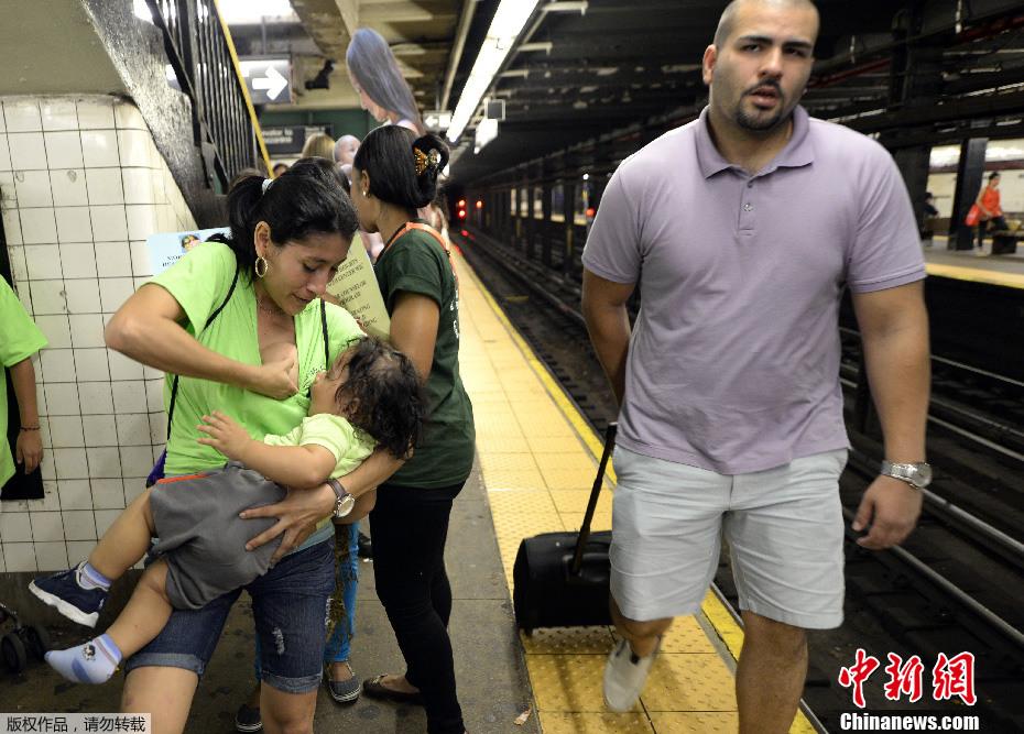 美国数名妈妈地铁里喂奶 呼吁提倡母乳喂养