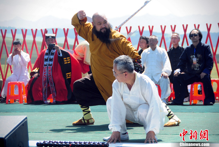"""""""天山武林大会""""开幕 各门派大秀独门功夫"""