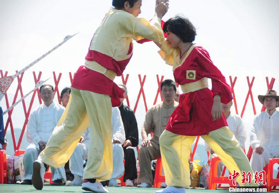 """天山武林大会:峨眉掌门带""""美女徒弟""""对打"""