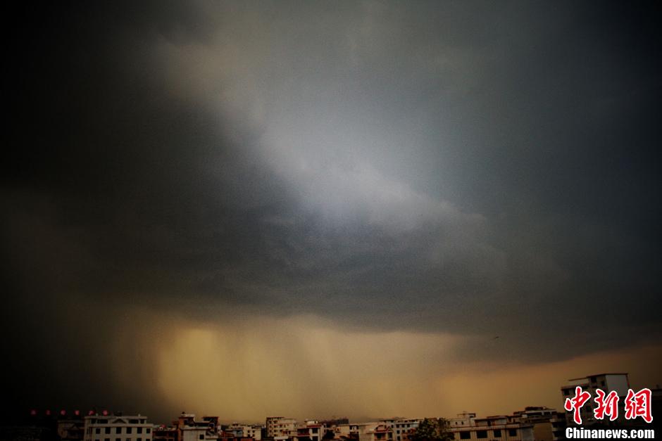 上空乌云密布,风雨欲来,电闪雷鸣活动持续三个多小时,随后下