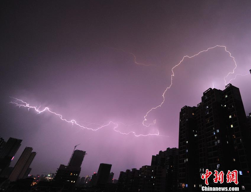 汉上空乌云密布风雨欲来,电闪雷鸣.迎来了盼望多日的降雨,但