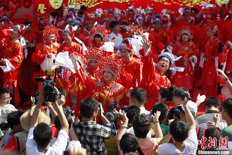 30对新人集体举办中式婚礼 引万人围观