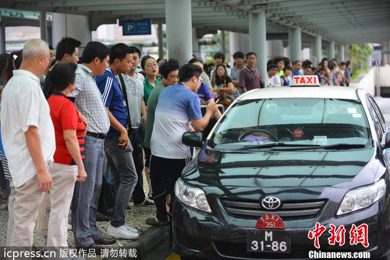台风尤特袭澳门 公交车停运数百旅客疯抢的士
