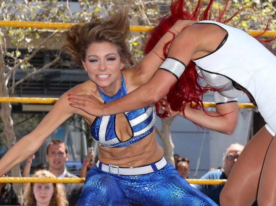 美国街头上演美女格斗体育女主播性感对垒 中