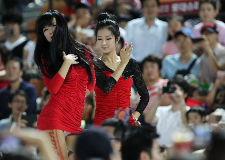 韩国棒球女神转战篮球场 热舞助阵露安全裤 中