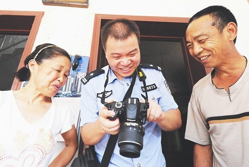 贴心民警客串摄影师 帮480家拆迁户留下老屋记忆
