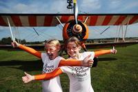 罗斯 布鲁尔 威尔/英9岁姐妹花表演机翼行走成该项目最年轻表演者-JPG - 200x133 - 7KB=>鼠标右键点击图片另存为