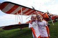 项目 表演者 表演 行走 机翼 年轻 姐妹花/英9岁姐妹花表演机翼行走成该项目最年轻表演者