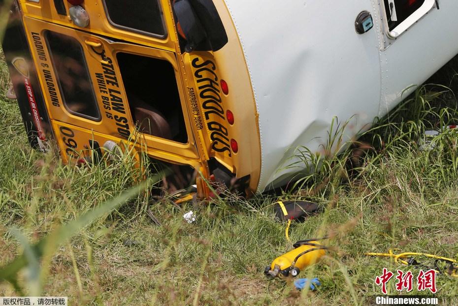 美国一校车发生翻车事故 车上载有36名小学生