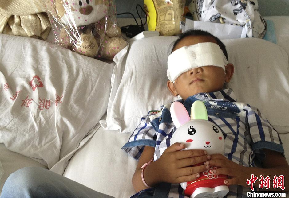 山西被挖眼男童换药后返回病房-中新网