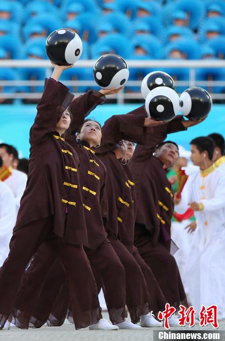 第十二届全运会开幕 民众表演太极球
