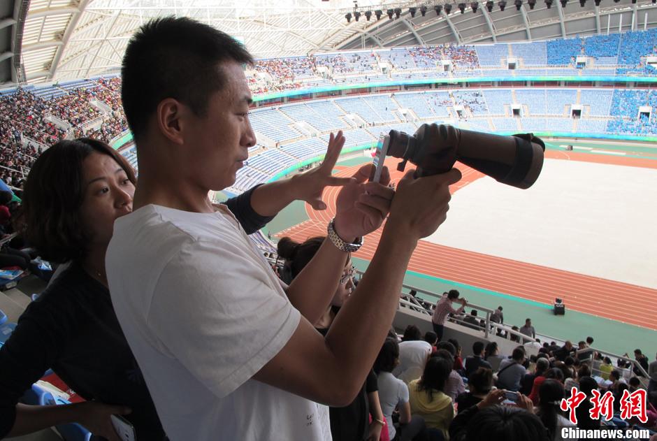 第十二届全运会开幕 观众用手机加望远镜拍摄现场