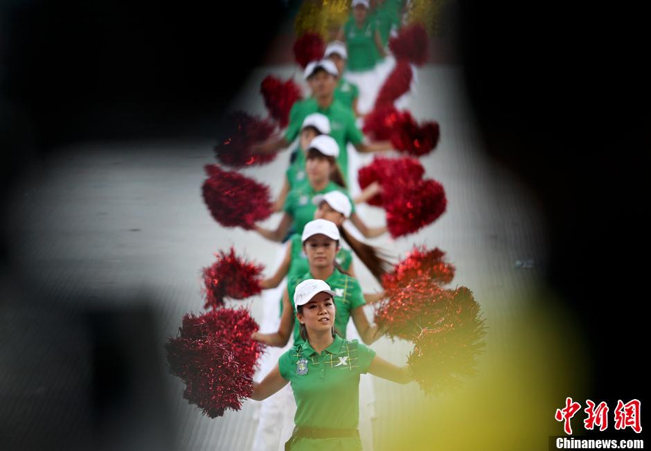 第十二届全运会开幕 靓丽志愿者献舞
