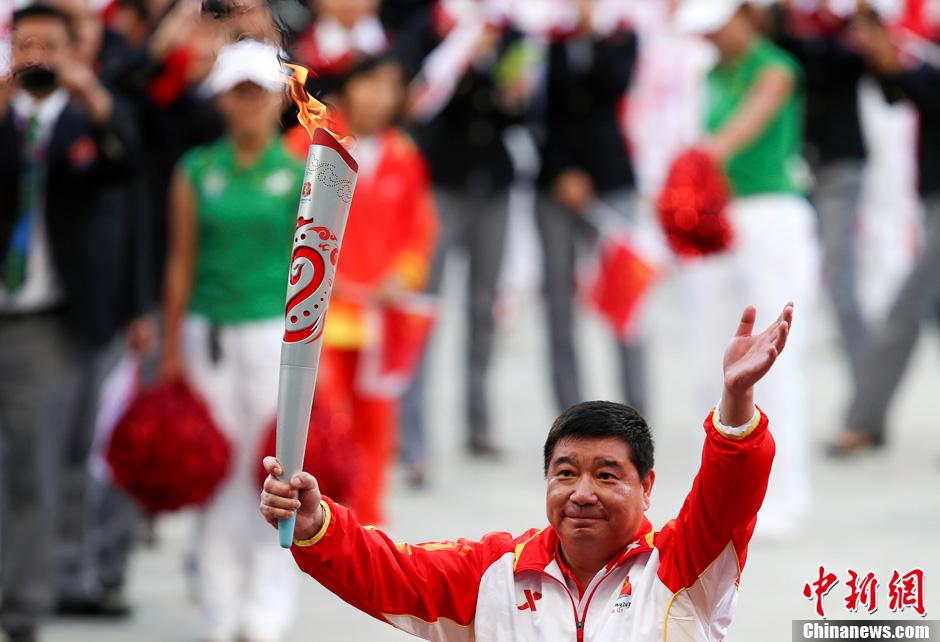 第十二届全运会开幕 王义夫传递火炬