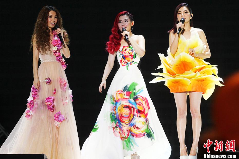 SHE南京开唱 三位美女激情热吻引粉丝尖叫