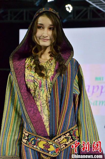 """乌兹别克斯坦服装设计师在新疆展示""""七彩绚装""""-中新网"""