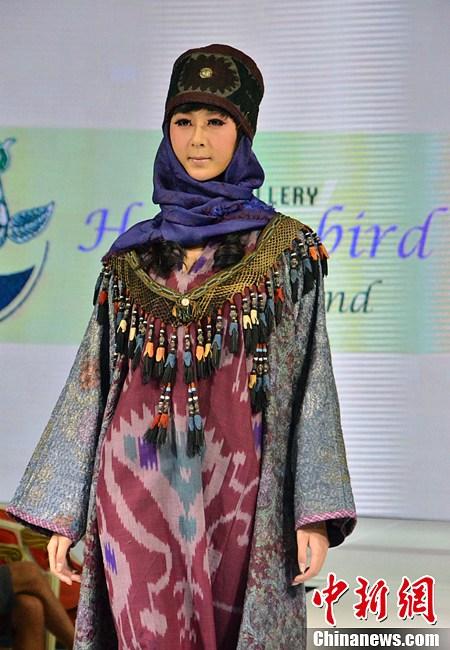 """【转载】乌兹别克斯坦服装设计师在新疆展示""""七彩绚装"""