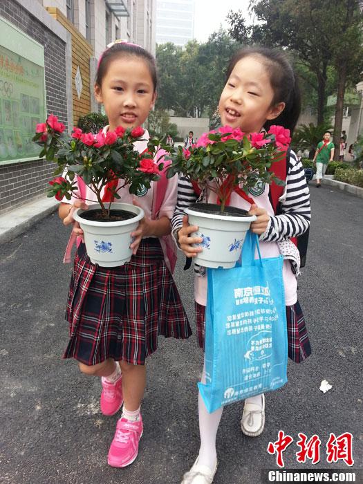 拥抱,鲜花和贺卡 南京小朋友温馨礼物感动老师