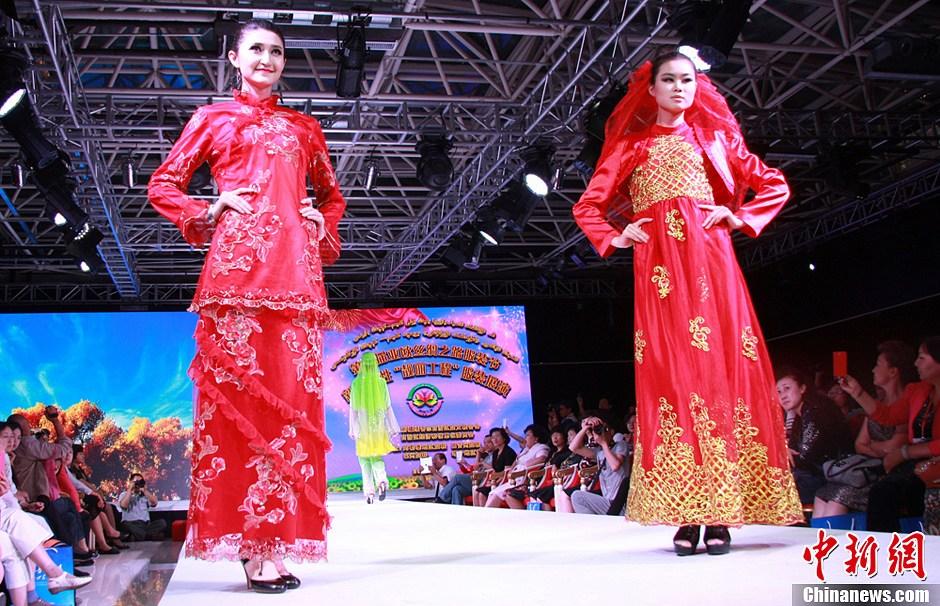 """新疆女性""""靓丽工程""""服装展现传统与现代之美"""