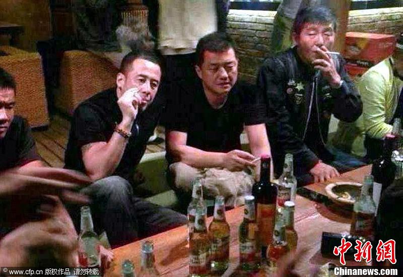李亚鹏离婚后酒吧借酒消愁 好友杨坤安慰点烟不断