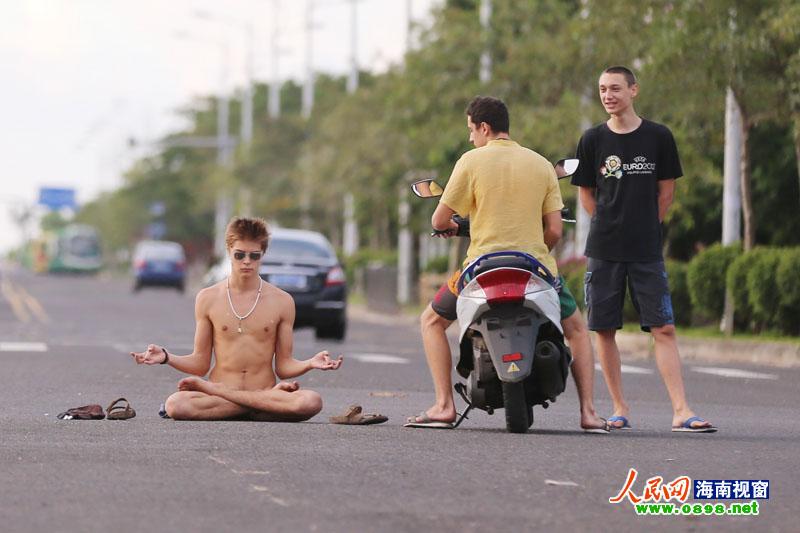 外籍留学生海口街头口含片全裸打坐 中新网