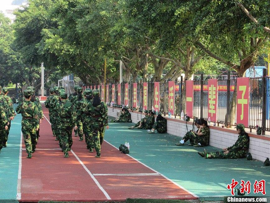 广西大学新生军训 体弱者多频频旁边休息