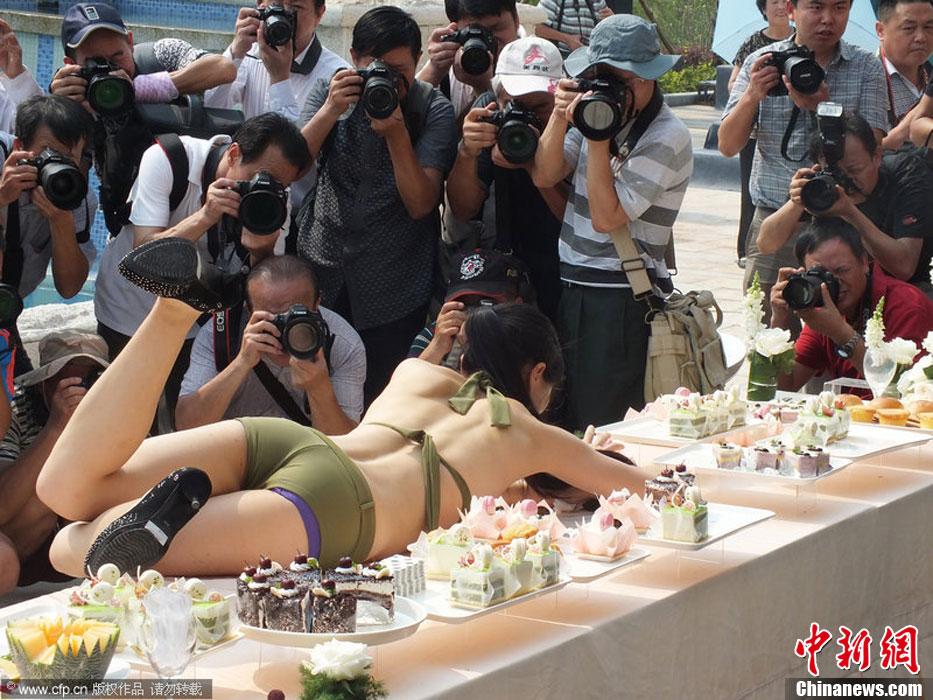 湖北宜昌另类楼盘促销 上演比基尼模特摄影盛