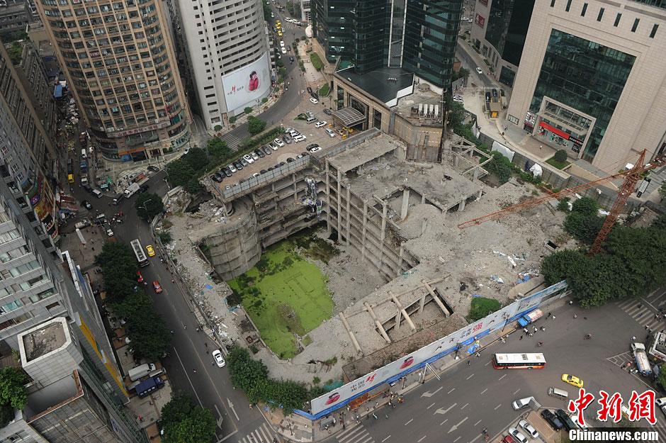 重庆高楼地基下现8层楼房 犹如3D立体艺术画