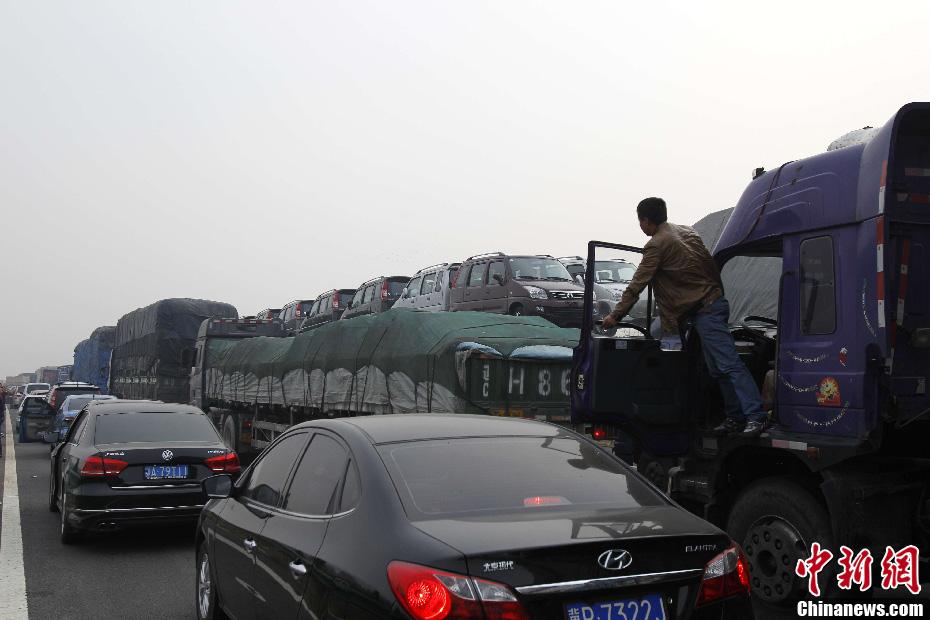 国庆放假首日 高速路堵成停车场