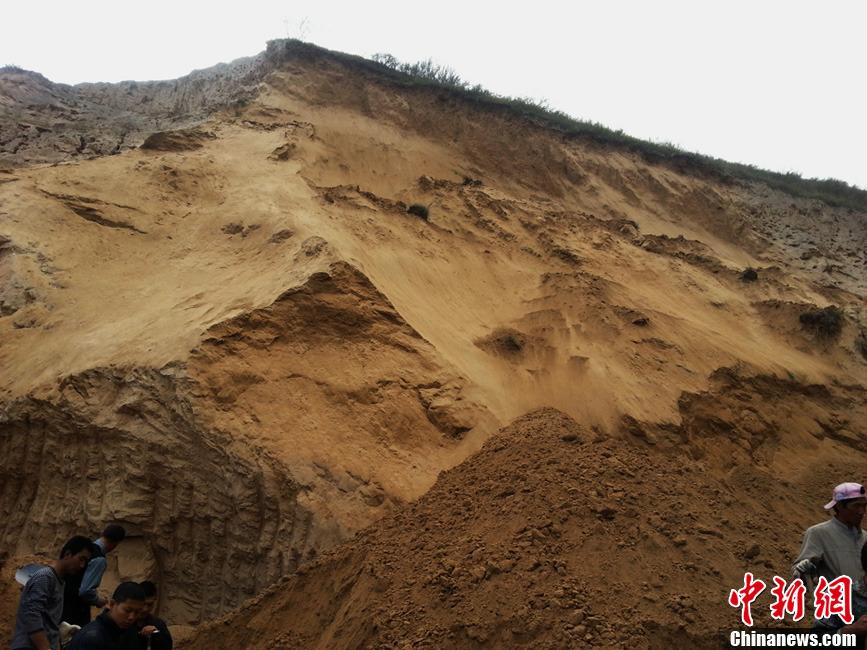 16时32分,青海省西宁市大通县长宁镇新寨五村发生山体滑坡事故,图片