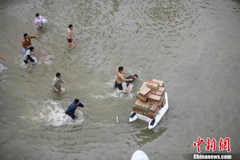 浙江余姚外地居民与志愿者起冲突  救援物资遭哄抢