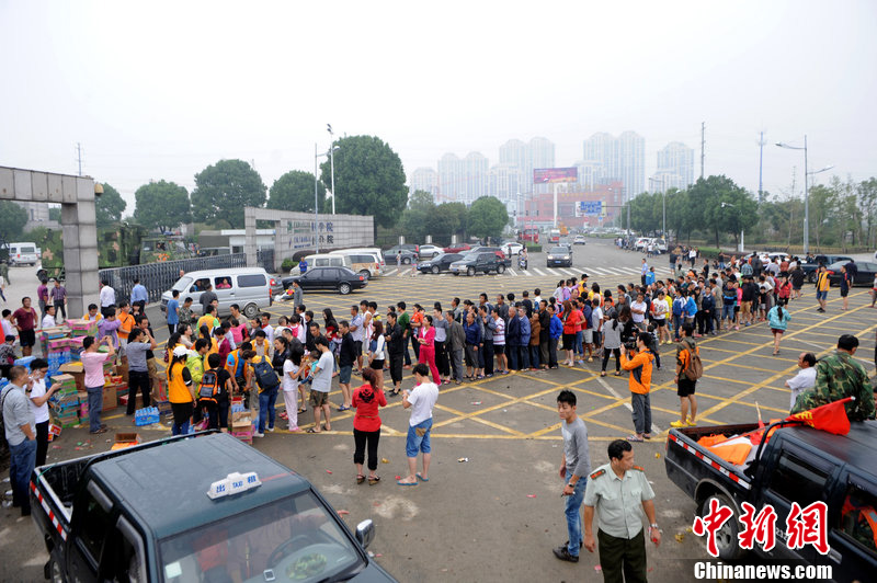 浙江余姚设立救灾物资调配中心  灾民排长队领取物品