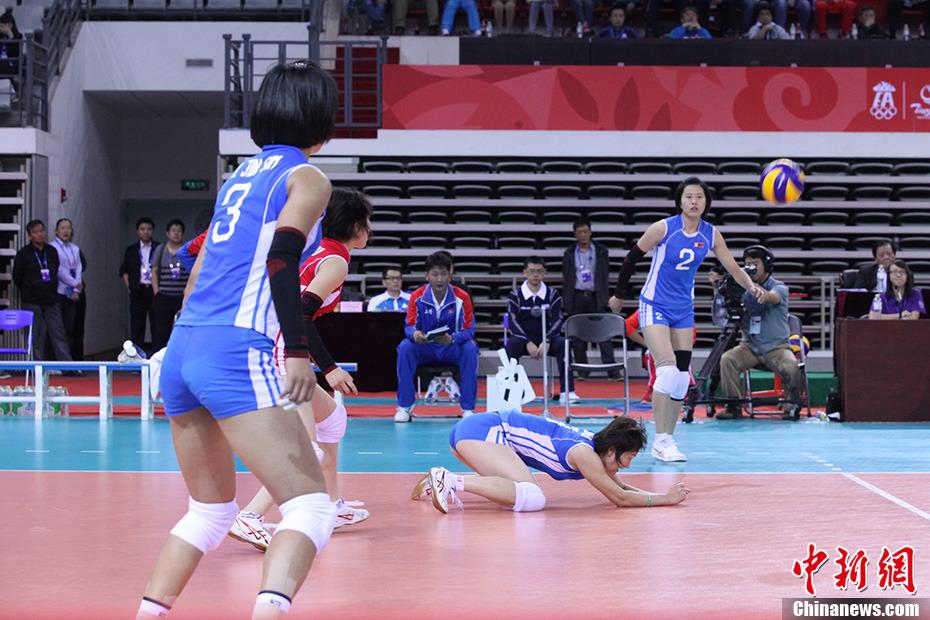 南开大学体育中心进行女子排球半决赛的比拼,朝鲜女排以25:19高清图片