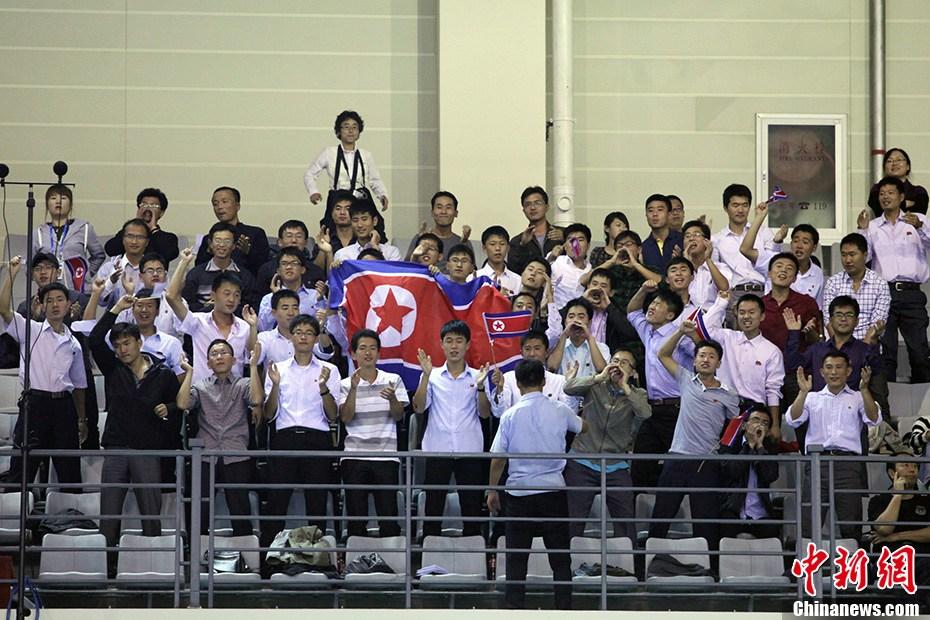 南开大学体育中心进行女子排球半决赛的比拼,朝鲜女排对阵日高清图片