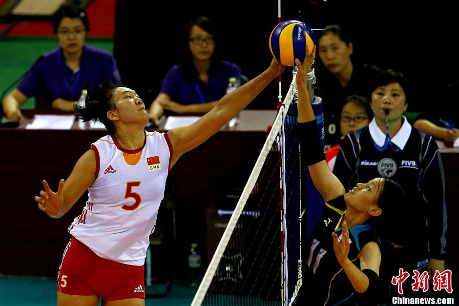 10月12日,2013东亚运动会女排决赛在南开大学开战,由国青为高清图片