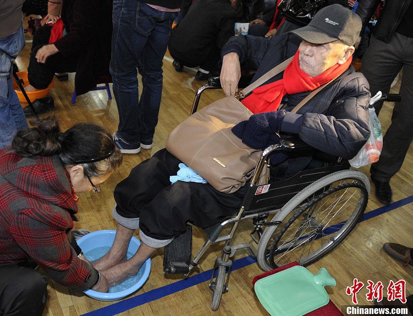 长春百余子女重阳节给老人洗脚吁平日尽孝