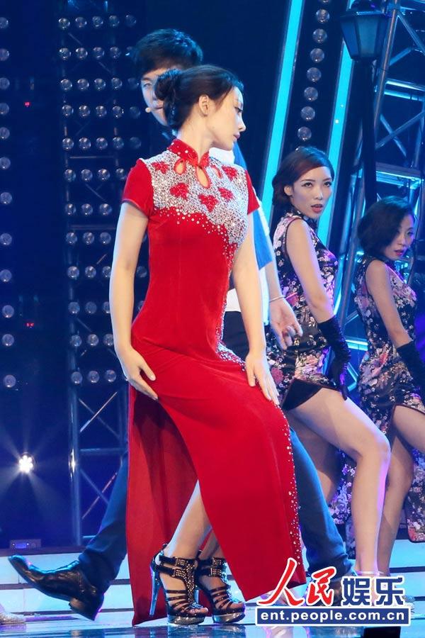 柳岩红旗袍高衩秀美腿贴身热舞助阵高凌风之子