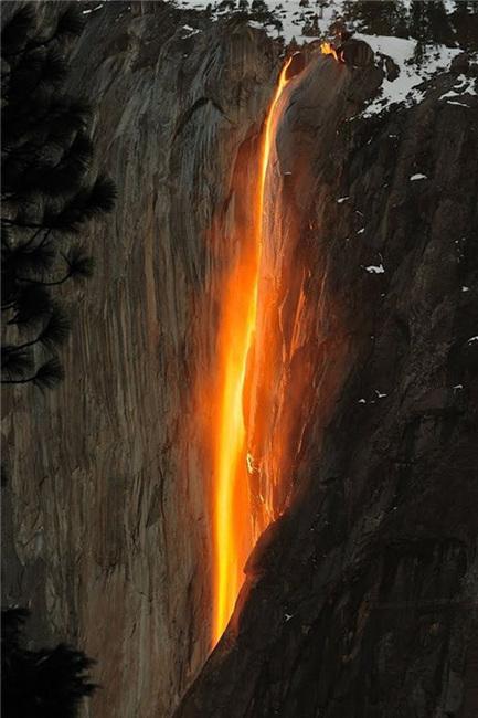"""大自然的视觉奇观 会""""变色""""的瀑布"""