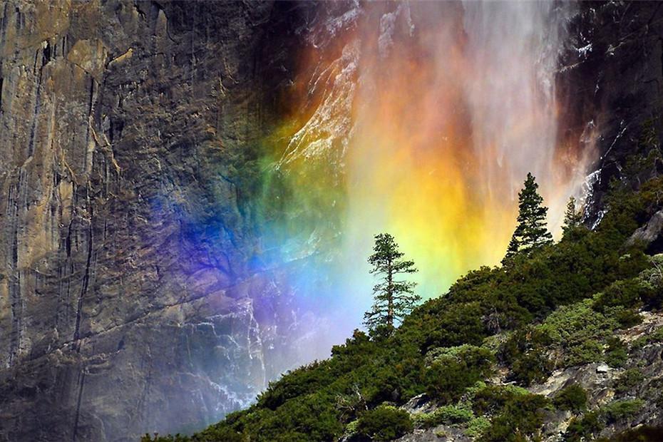 大自然的视觉奇观 跌落在瀑布中的绚丽彩虹