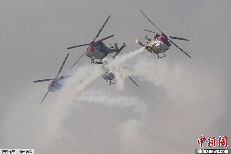 印度空军直升机大队表演空中特技