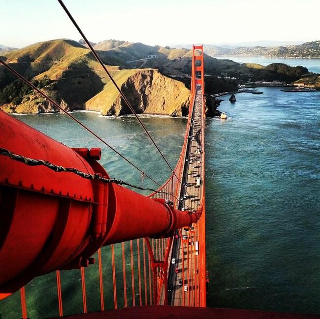 摄影师攀爬金门大桥拍壮观俯瞰图