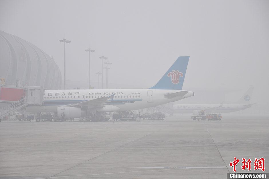 沈阳市遭大雾侵袭 机场航班延误