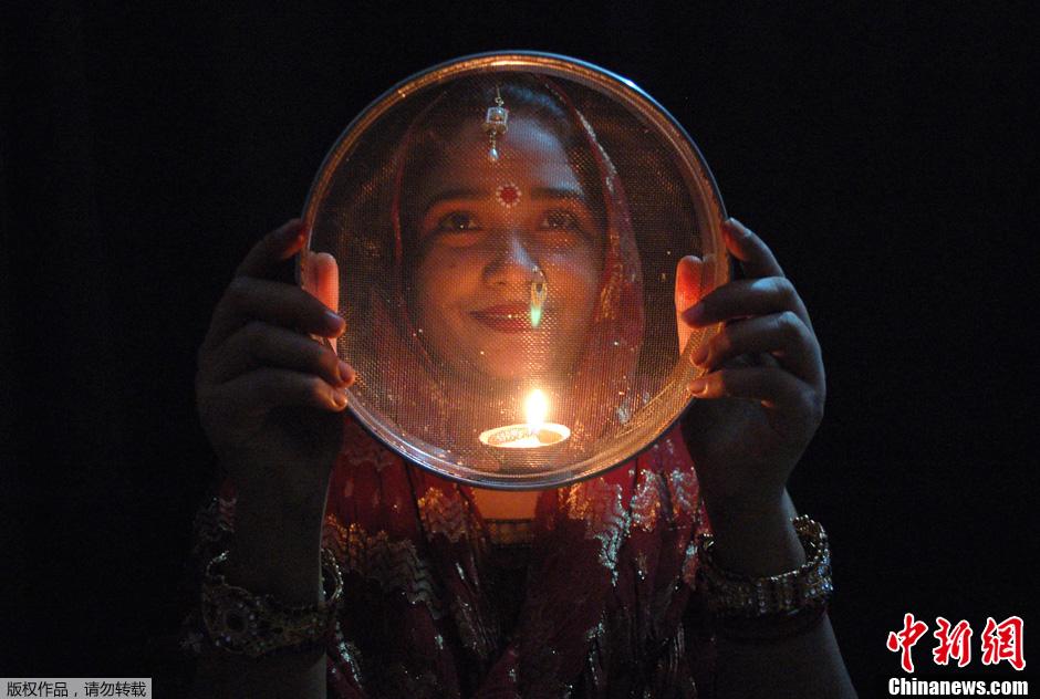 """印度妇女盛装庆祝传统""""女人节"""""""