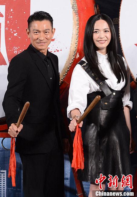 刘德华最新电影2013_刘德华、姚晨亮相电影《风暴》发布会-中新网